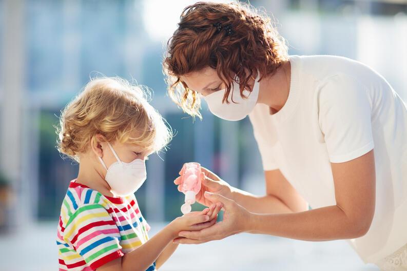 madre-e-hijo-cubrebocas-gel-antibacterial-coronavirus-cuidados-19341