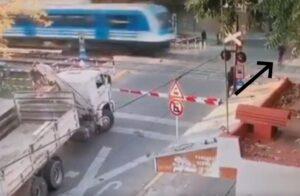 Un hombre cruzó sin mirar las vías y fue arrollado por un tren