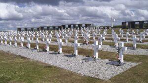 Los restos de excombatientes identificados serán inhumados nuevamente en Darwin